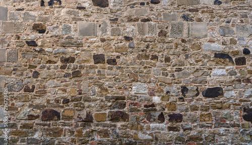 Alte grau braune Mauer aus vielen unterschiedlichen Steinen - aufgenommen in einer mittelalterlichen Klosteranlage