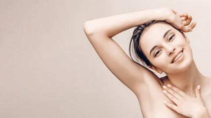 Portret prirodne ljepote ženskog lica i tijela savršene kože. Koncept oglašavanja dezodoransa i epilacije kose