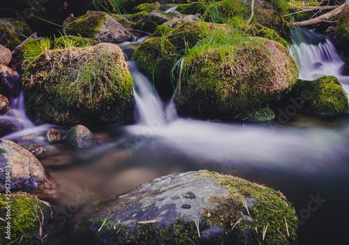 Photo rocas con musgo y agua sedosa