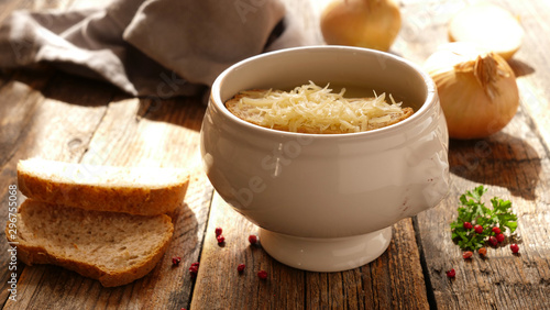 Fotografie, Obraz onion soup with bread and gruyere on wood background