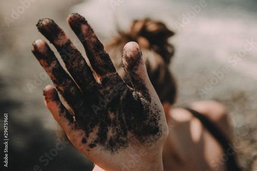 Fototapeta  dłoń w czarnym piasku
