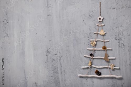 Pinturas sobre lienzo  artificial christmas tree and copy space over grey concrete wall