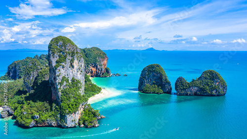 Fotografía Aerial view Railay Beach and Phra Nang Cave Beach in beautiful bay in Krabi province, tropical coast with paradise beache, Krabi, Thailand