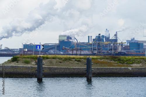 Nordseekanal bei Ijmuiden, Niederlande mit Hafenblick am Tag Fototapet