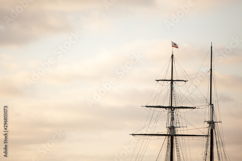 Fotografia  Main mast of the vintage sailing vessel at sunset