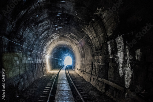 Carta da parati Old train tracks in a tunnel