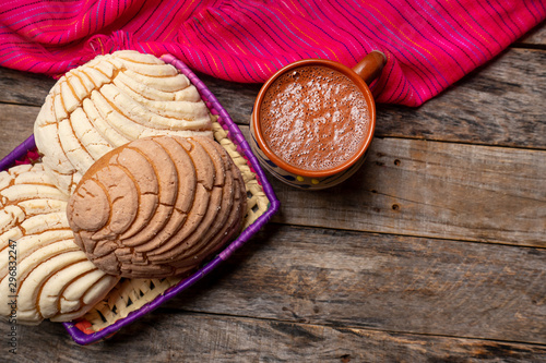 Foto auf Gartenposter Schokolade Mexican hot chocolate with sweet conchas bread on wooden background