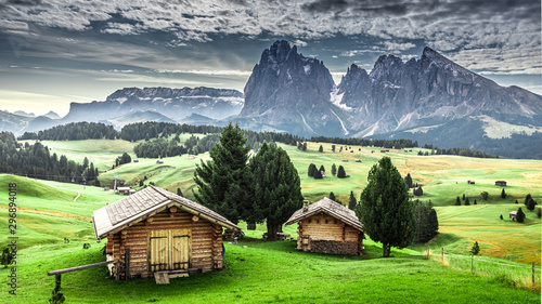 La pose en embrasure Alpes Small wooden huts at sunrise in Alpe di Siusi, Dolomites