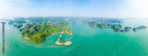 Foto  Aerial view Lan Ha Bay Cat Ba island Ha Long Bay, unique limestone rock islands and karst formation peaks in the sea, famous tourism destination in Vietnam
