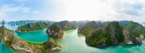 Photo Aerial view of Ha Long Bay Cat Ba island, unique limestone rock islands and karst formation peaks in the sea, famous tourism destination in Vietnam