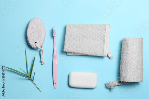 Fotografía  shower accessories on blue background with a blank space for a text, shower acce