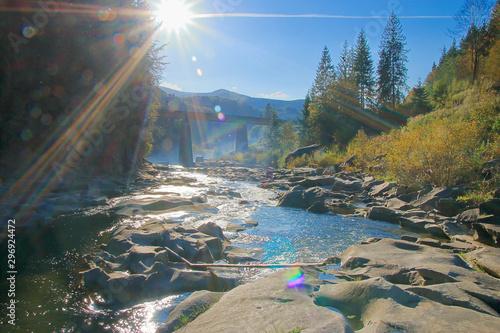 Montage in der Fensternische Grau Verkehrs Mountain river on a sunny autumn day.