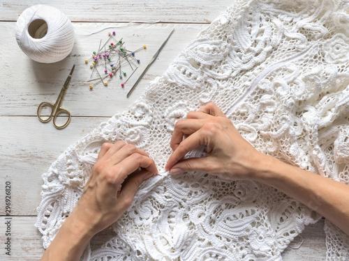 Fotografia Sewing wedding dresses from Irish lace.