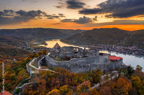 Fond de hotte en verre imprimé Marron chocolat Visegrad, Hungary - Aerial drone view of the beautiful high castle of Visegrad with autumn foliage and trees. Dunakanyar and golden sunset at background