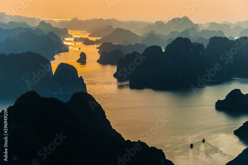 Aerial view of Ha Long Bay, Vietnam Fototapete