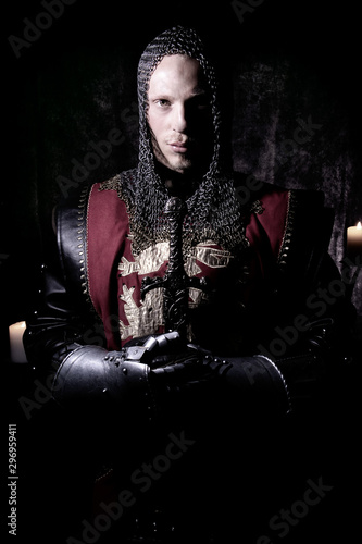 Photo Portrait of handsome medieval knight in suit of armour with beard looking seriou