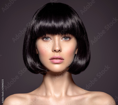 Fotografía  Woman with beauty short black hair - posing at studio.