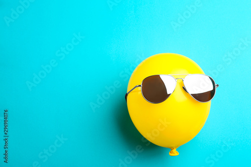 Carta da parati  Balloon with sunglasses on blue background, top view