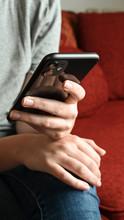 Frau Mit Handy Beim Online Shoppen, Chatten, Posten Und Organisieren