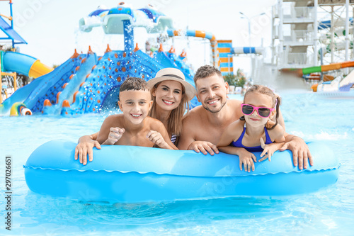 Photo Happy family resting in aqua park