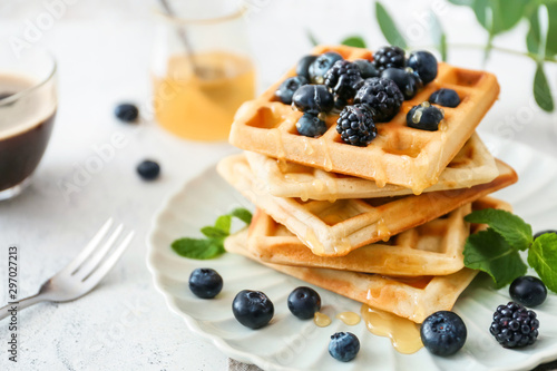 Fotografía Plate with sweet tasty waffles on white table