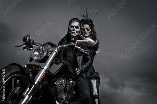 Zombies yendo a fiesta de halloween en motocicleta Fotobehang