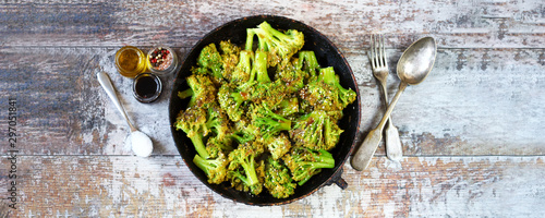 Fotomural  Baked broccoli in a pan with sesame seeds