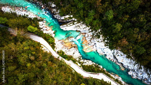 Fotografia Emerald Soca River in Soca Valley, Slovenia