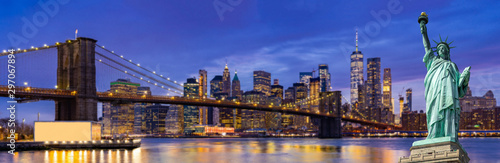In de dag Donkerblauw Brooklyn bridge New York