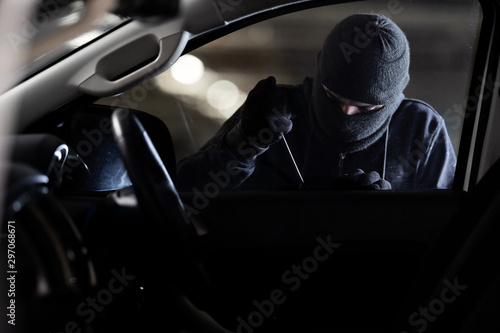 Fotografía  The robbers robbed the car in the parking lot at night.