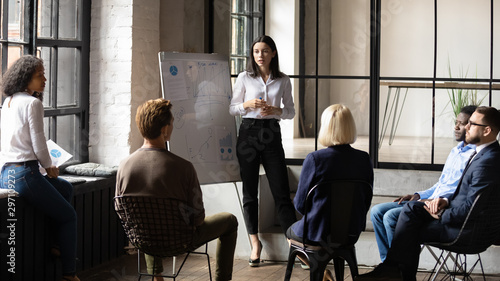 Pinturas sobre lienzo  Confident lady business trainer coach give flip chart presentation