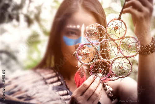 Photo  Portrait of beautiful native american,indian woman posing in the wild forest