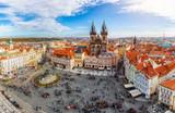 Fototapeta Big Ben - Blick über die Dächer der Altstadt und den zentralen Platz von Prag zur Teynkirche an einem sonnigen Tag im Herbst, Tschechien