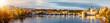 Panorama der berühmten Karlsbrücke über die Moldau in Prag, Tschechien, bei goldenem Sonnenuntergang im Herbst