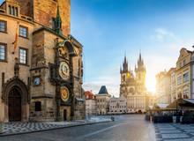 Bllick Auf Die Astronomische Uhr Am Rathaus Und Die Marienkirche Am Zentralen Platz Der Altstadt Bei Sonnenaufgang Ohne Menschen, Prag, Tschechien