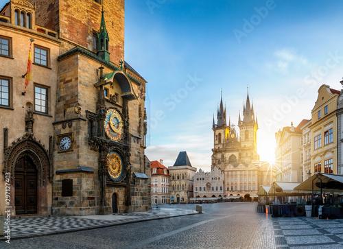 Photo  Bllick auf die Astronomische Uhr am Rathaus und die Marienkirche am zentralen Pl