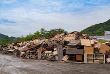 台風で浸水して破棄された大量の災害ゴミ