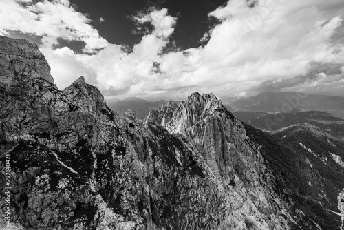 Montage in der Fensternische Grau Dramatic Panoramic View Over High Mountains Top in Clouds, Black And White
