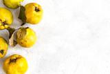 Owoce pigwa żółte na malowanym tle z przestrzenią na napisy i grafiki