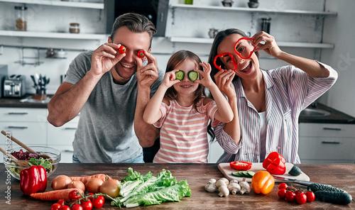 Spoed Fotobehang Kruidenierswinkel Family in kitchen