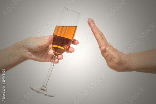 Photo Giving up alcohol concept. No alcohol concept.