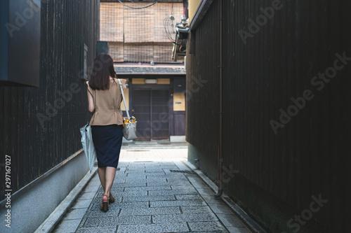 Fotografering 京都祇園 路地を歩く女性