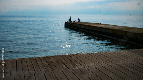 Photo wooden promenade with a pier on a warm autumn day