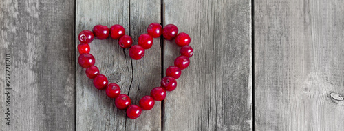 Montage in der Fensternische Kirschblüte Cherry heart shape on a wooden rustic background