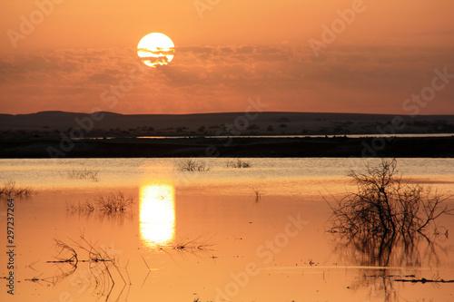 Piękny zachód słońca widziany z wyspy Fatnas, wyspy w oazie Siwa na egipskiej pustyni Sahara