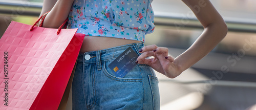 Fotografía  Happy young woman holding credit card with shopping bags , spending money with enjoying to shopping concept