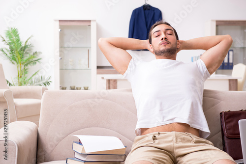 Photo  Young male student preparing for exams at home