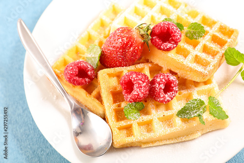 Photo  delicious wafffles with berry fruit and sugar