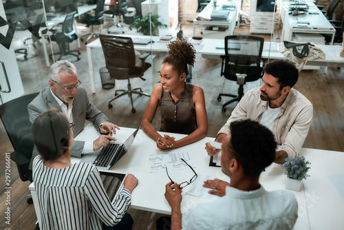 Fotomural  Top view of business people discussing something while working together in the m