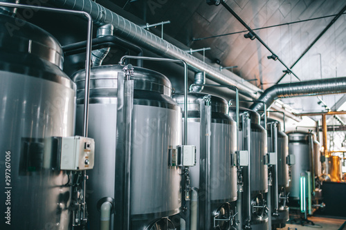 Photo Craft beer brewing equipment in brewery! Metal tanks, alcoholic drink production